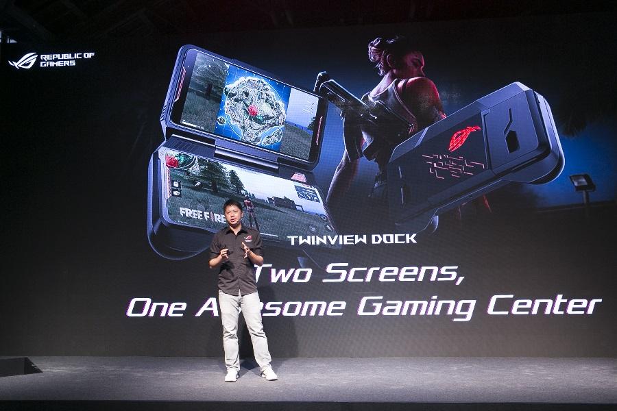 ROG Phone可搭配多種獨特且強大的擴充配件,圖為可提供雙螢幕手持模式的 TwinView Dock (選購)