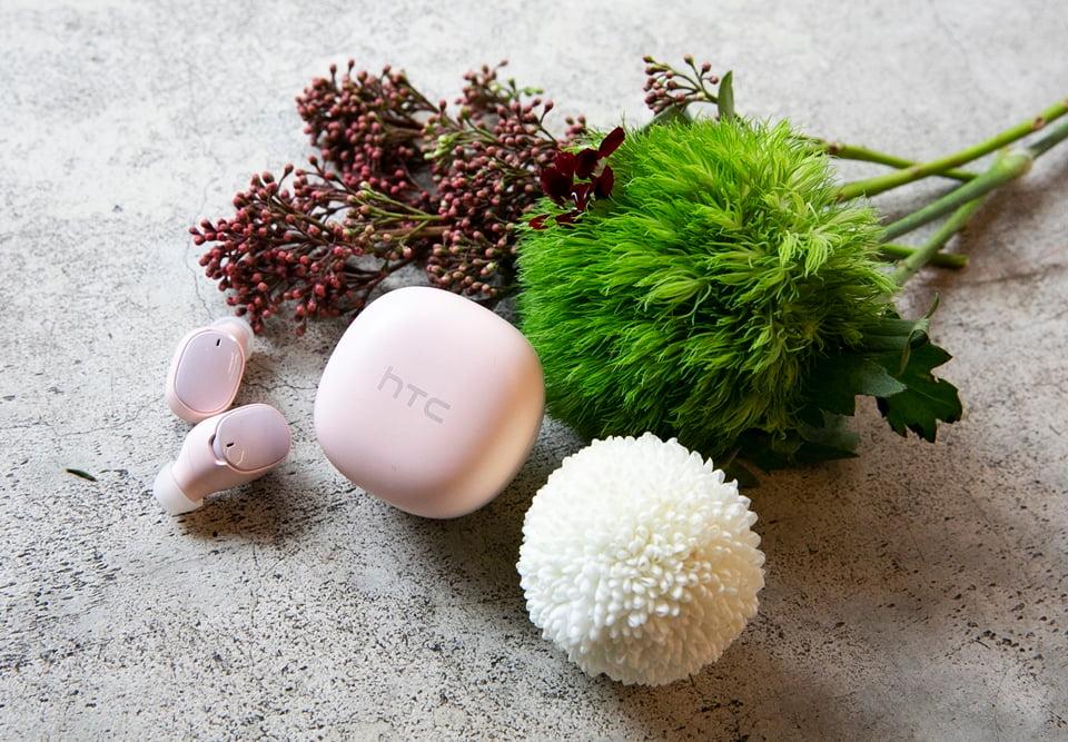 品牌首款 HTC馬卡龍真無線藍牙耳機,繼香草白、可可黑、薄荷綠後,再添櫻花粉新色。